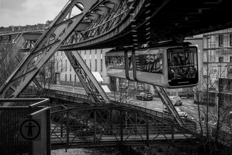 Schwebend durch Wuppertal   © wolfgang röser   worobo